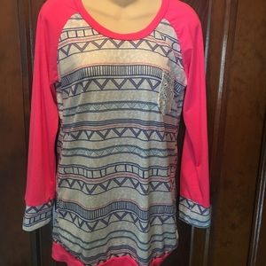 Boutique top with bright pink accents L